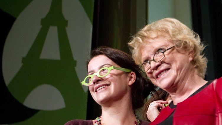 Eva Joly, candidate d'Europe Ecologie-Les Verts, et Cécile Duflot, secrétaire nationale du parti, au Congrès écologiste, le 12 novembre 2011 à Paris. (JOEL SAGET / AFP)