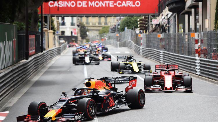 Max Verstappen au volant de la Red Bull, devant la meute de poursuivants, lors du dernier Grand Prix de F1 disputé dans les rues de Monaco, le 26 mai 2019. (BORIS HORVAT / AFP)