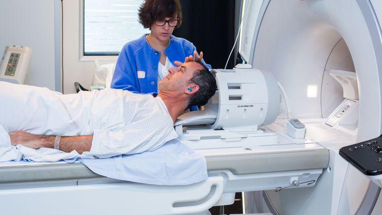Un patient s'apprête à subir une IRM de contrôleaprès un AVC, au CHU de Bordeaux, le 9 octobre 2014. (BURGER / PHANIE / AFP)