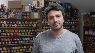 A 43 ans, Christian Guémy est l'un des artistes urbains les plus renommés. Le 10 août 2017 dans son atelier, à Ivry-sur-Seine.  (Elise Koutnouyan / Culturebox)
