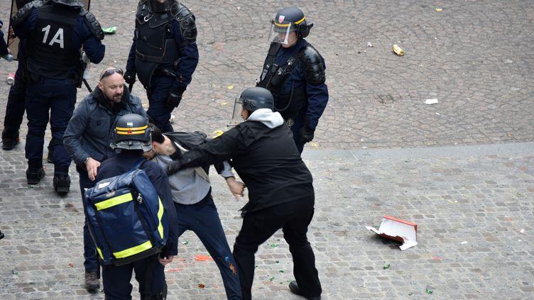A gauche, Vincent Crase, agent de sécurité de LREM, le 1er mai 2018, lors d'une interpellation, place de la Contrescarpe, à Paris. (NAGUIB-MICHEL SIDHOM / AFP)