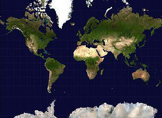 La projection Mercator est la plus utilisée. Elle a cependant le défaut de ne pas respecter la surface réelle de certaines zones: elle rend plus importantes les surface les plus éloignées de l'équateur. (Wikipedia commons)