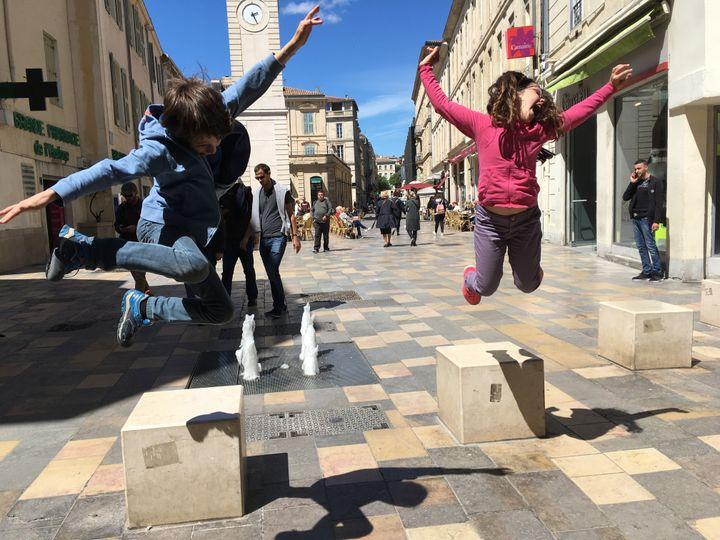Paul et Mathilde, place de l'Horloge, à Nîmes. (INGRID POHU / RADIO FRANCE)