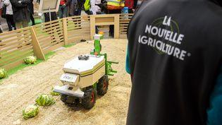 Avant le robot Dino, la société Naïo Technologies avait présenté le robot désherbeur autonome Oz au Salon de l'agriculture à Paris en 2016. (MAXPPP)