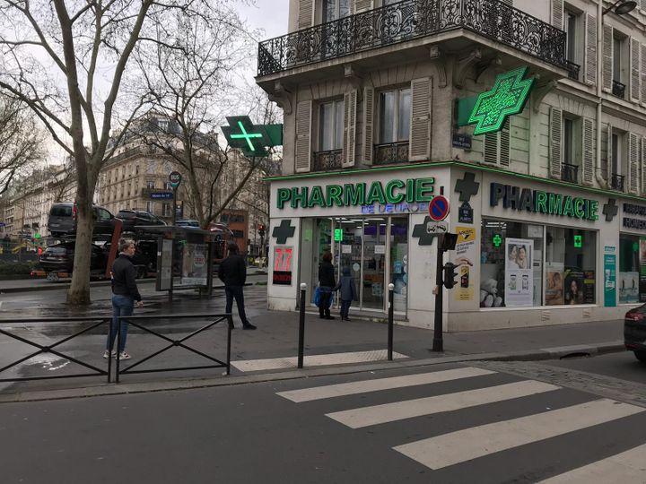 Devant une pharmacie du 14e arrondissement de Paris, le 16 mars 2020. (LEO TESCHER / RADIO FRANCE)
