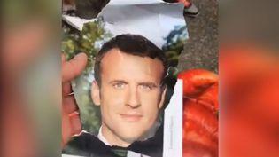 Ce gilet jaune a déchiré le portrait d'Emmanuel Macron pour le remplacer par un QR Code. (CAPTURE D'ECRAN FACEBOOK)