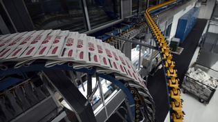 """Des rotatives impriment les journaux """"Ouest-France"""" à Rennes (Ile-et-Vilaine), le 24 novembre 2014. (DAMIEN MEYER / AFP)"""