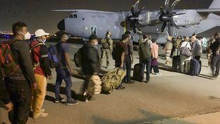 Un avion militaire destiné à évacuer des ressortissants français et afghans vers la France, le 17 août à l'aéroport de Kaboul. (STR / AFP)