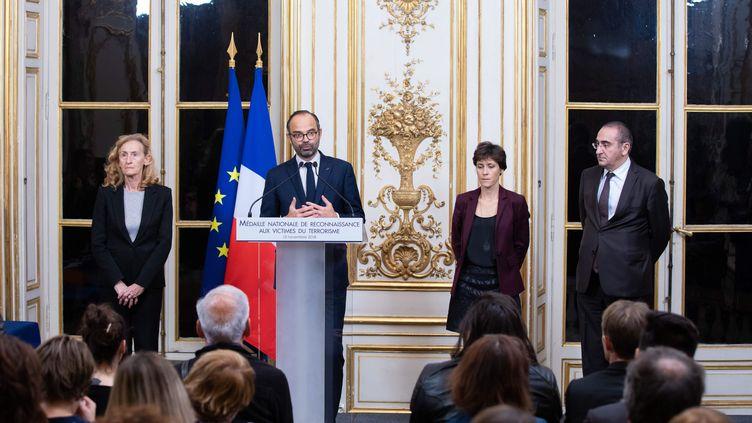 """Le Premier ministre Edouard Philippe lors d'une cérémonie de remise de la """"médaille de reconnaissance aux victimes du terrorisme"""" à des victimes des attentats du 13-Novembre, le 13 novembre 2018 à Paris. (MAXPPP)"""
