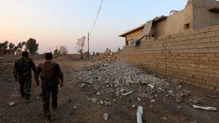 Des peshmergas dans un village à l'est de Mossoul, le 26 octobre. (SAFIN HAMED / AFP)