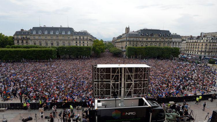 Un écran géant a été installé devant l'hôtel de ville de Paris pour la rencontre France-Allemagne, le 4 juillet 2014, lors de la Coupe du monde au Brésil. (MIGUEL MEDINA / AFP)