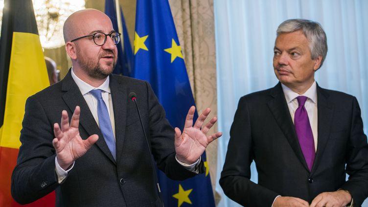 Le Premier ministre belge, Charles Michel, et son ministre des Affaires étrangères, Didier Reynders, le 24 octobre 2016 à Bruxelles (Belgique). (LAURIE DIEFFEMBACQ / BELGA / AFP)