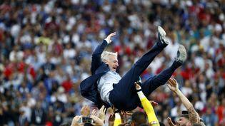 Didier Deschamps porté en triomphe par ses joueurs après la victoire de la France en Coupe du monde face à la Croatie, dimanche 15 juillet 2018 à Moscou (Russie). (CHINA NEWS SERVICE / VISUAL CHINA GROUP / AFP)