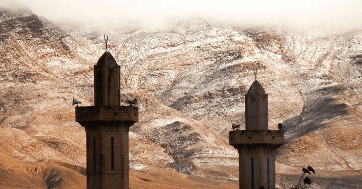 Photo amateur des dunes du Sahara enneigées le 19 décembre 2016 aux alentours de la ville d'Aïn Sefra en Algérie. (Karim Bouchetata / SIPA)