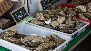 Des huîtres sur un marché deTalmont-Saint-Hilaire, en Vendée (photo prise le 5 septembre 2020). (MAUD DUPUY / AFP)