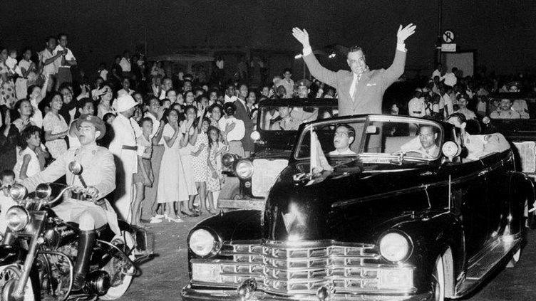 Le Colonel Nasser, debout dans sa voiture, parcourt les rues d'Alexandrie, acclamé par la foule après avoir annoncé dans un discours la nationalisation du Canal de Suez, le 30 juillet 1956. (INTERCONTINENTALE / AFP)