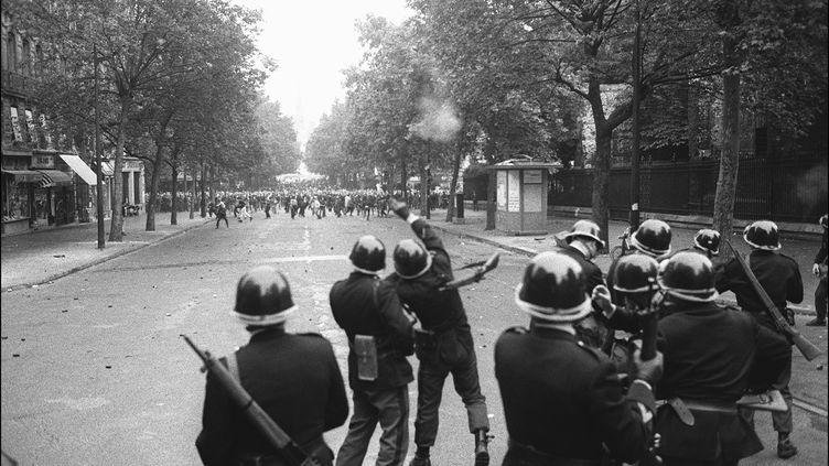 Des CRS face à des étudiants dans le quartier Latin à Paris, le 17 juin 1968. (STF / ARCHIVES)