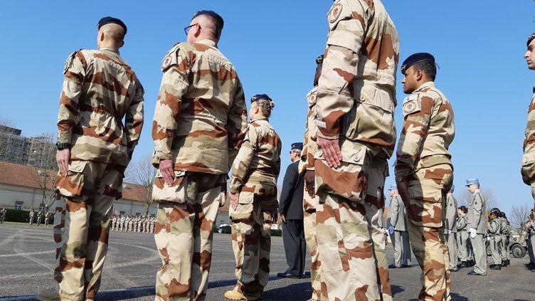 Prise d'arme le 1er avril 2019 au 3e Régiment de Hussards de Metz (Moselle) pour le retour du groupement déployé sur l'opération Barkhane au Mali de septembre 2018 à février 2019. (CLÉMENT LHUILLIER / FRANCE-BLEU LORRAINE NORD)