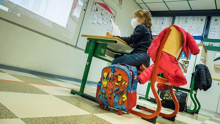 Dans une salle de classe d'une école de Vesoul (Haute-Saône) après le confinement lié à l'épidémie de coronavirus (Covid-19), 14 mai 2020. (JEAN-FRANCOIS FERNANDEZ / RADIO FRANCE)