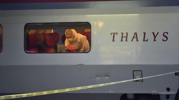 La police scientifique inspecte la scène du crime après une tentative d'attentat dans un train Thalys, arrêté en gare d'Arras (Pas-de-Calais), le 21 août 2015. (PHILIPPE HUGUEN / AFP)