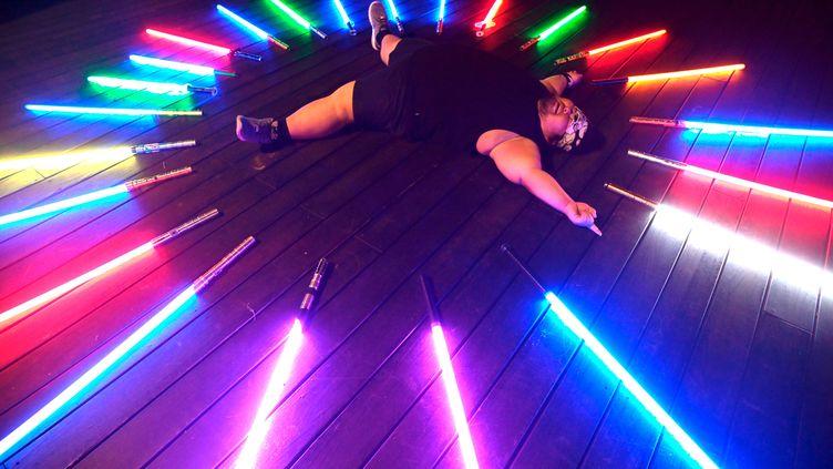 Makoto Tsai au milieu de ses sabres laser, le 20 avril 2019 à Tapei (SAM YEH / AFP)