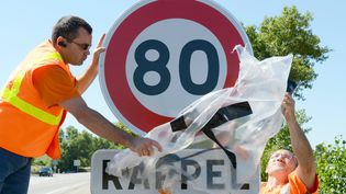 Un panneau de limitation de la vitesse maximale à 80 km/h est installé sur la nationale 7 à hauteur de Valence (Drôme), le 30 juin 2015. (MAXPPP)