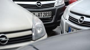 Des véhicules de la marque Opel sont garés sur le parking d'un concessionnaire, à Bochum (Allemagne), le 10 décembre 2012. (PATRIK STOLLARZ / AFP)