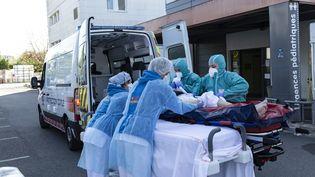 Un patient pris en charge aux urgences à Poissy (Yvelines), le 18 avril 2020. (ANTOINE KREMER / HANS LUCAS / AFP)