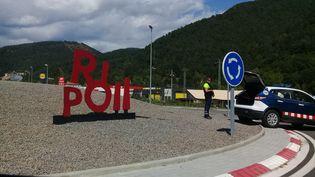 Un barrage policier à l'entrée de Ripoll (Espagne), le 20 août 2017. (RAPHAEL GODET / FRANCEINFO)