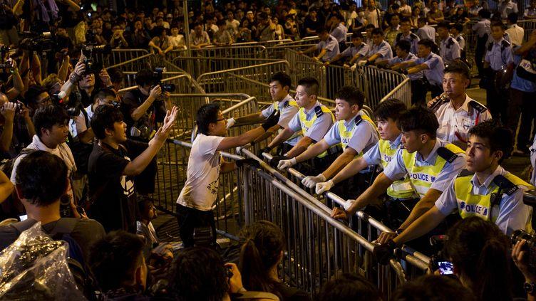 Des manifestants pro-démocratie devant le Legislative Counsel Office, le siège du gouvernement de Hong Kong, le 2 octobre 2014. (XAUME OLLEROS / AFP)