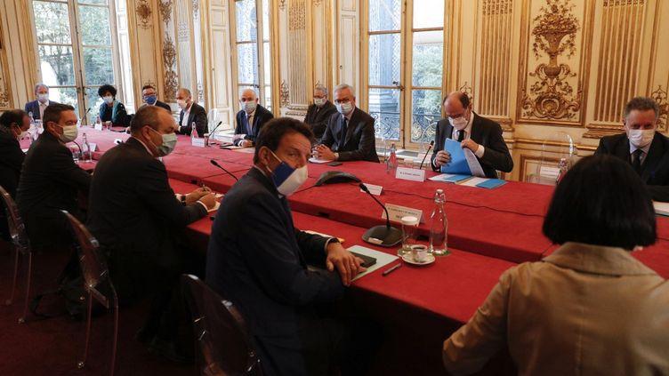 Les partenaires sociaux autour du Premier ministre, le 26 octobre 2020 à Matignon, à Paris. (GEOFFROY VAN DER HASSELT / AFP)