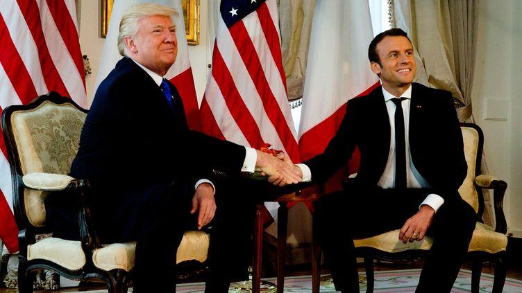 Le président américain Donald Trump serre la main de son homologue français Emmanuel Macron lors de leur première rencontre, à l'ambassade américaine à Bruxelles, le 25 mai 2017. (REUTERS)