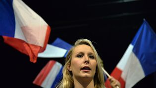 """Marion Maréchal chante """"La Marseillaise"""", durant un meeting à Fougères (Ille-et-Vilaine), le 20 janvier 2017. (JEAN-FRANCOIS MONIER / AFP)"""