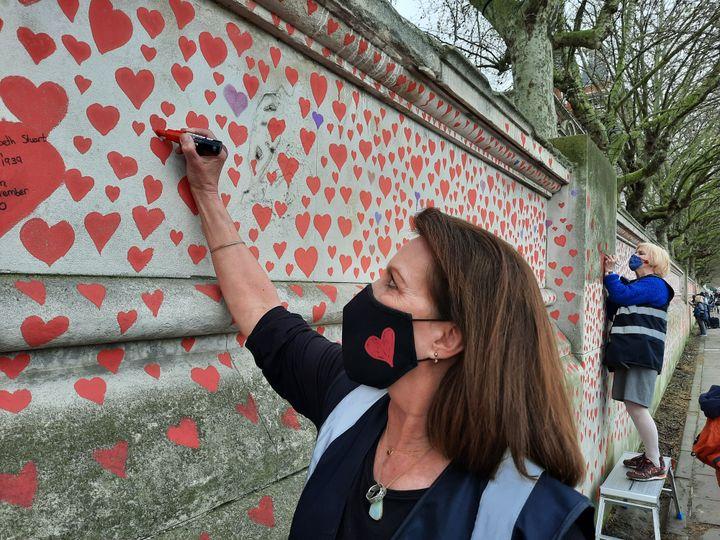 Fran vient tous les jours dessiner des cœurs à Londres, son mari est mort du Covid-19 en octobre dernier. (RICHARD PLACE / RADIO FRANCE)