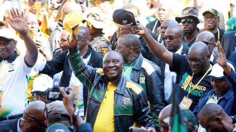 Le président sud-africain, Cyril Ramaphosa, saluant ses partisans le 5 mai 2019 à son arrivée au stade Ellispark de Johannesburg pour son dernier meeting électoral avant le scrutin du 8 mai. (SIPHIWE SIBEKO / X90069)