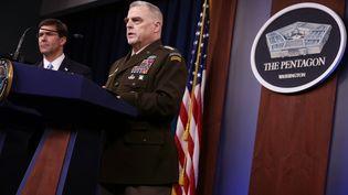 Le général Mark Milley, chef d'état-major de l'armée américaine, tient un conférence de presse au Pentagone (Arlington, Virginie, Etats-Unis), le 28 octobre 2019, en compagnie du secrétaire américain à la Défense, Mark Esper (à gauche). (CHIP SOMODEVILLA / AFP)