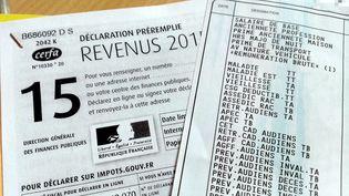 Un salarié vérifie sa déclaration pré-remplie de l'impôt sur le revenu, le 1er août 2016 à Thionville (Moselle). (MAXPPP)