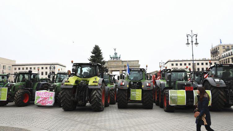 Des tracteurs bloquent les accès à la porte de Brandebourg, à Berlin, le 26 novembre 2019. (ABDULHAMID HOSBAS / ANADOLU AGENCY / AFP)