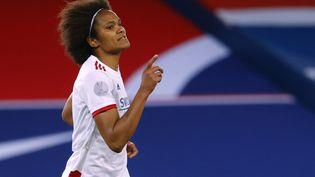 La joueuse de l'OL Wendy Renard célèbre son but contre le PSG, lors du quart de finale aller de la Ligue des champions àParis, le 24 mars 2021. (THOMAS SAMSON / AFP)