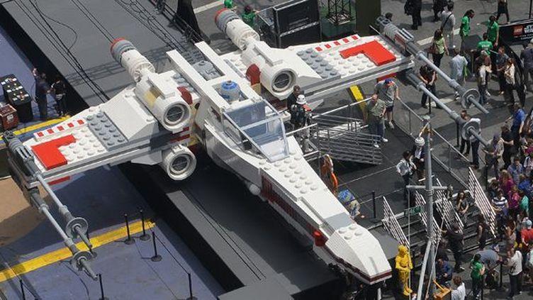 Le Starfighter de Lego sur Times Square à New York.  (Emmanuel Dunand / AFP)