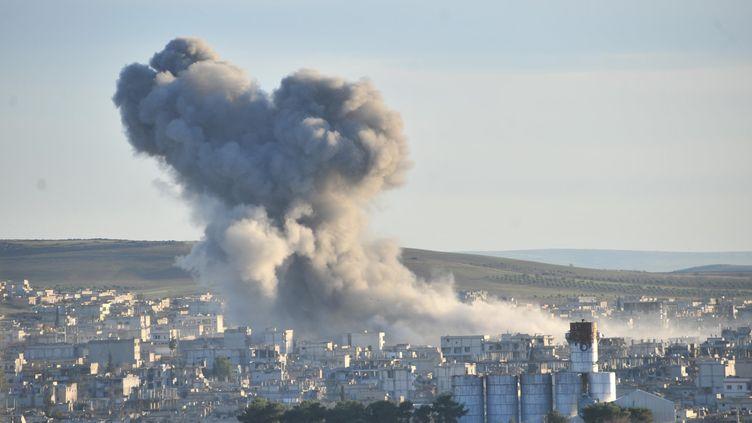De la fumée au-dessus de Kobani (Syrie), après des frappes de la coalition menée par les Etats-Unis, le 23 décembre 2014. (RAUF MALTAS / ANADOLU AGENCY / AFP)