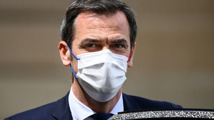 Le ministre des Solidarités et de la Santé, Olivier Véran, le 19 mai 2021 à la sortie du Conseil des ministres, au Palais de l'Elysée (Paris). (FRANCK FIFE / AFP)