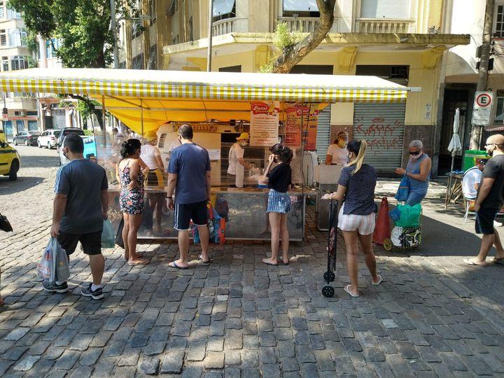Un stand de nourriture dans le centre de Rio de Janeiro. La distanciation et le port du masque ne sont pas toujours respectés (Casa 48)