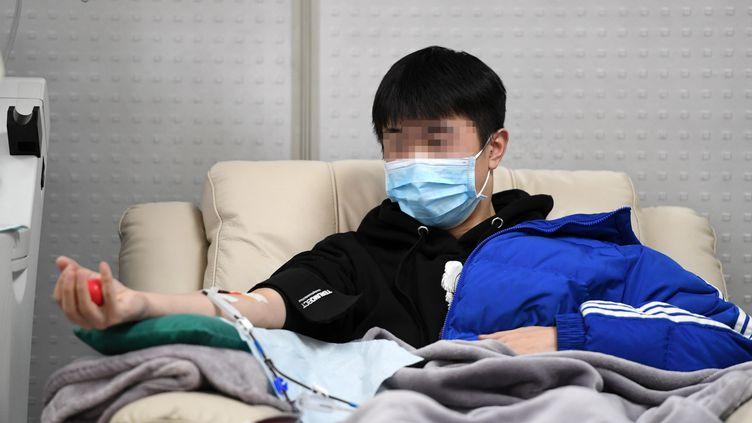 Un patient guéri du coronavirus Covid-19 donne son sang, le 17 février 2020, àChongqing (Chine). (TANG YI / XINHUA / REUTERS)