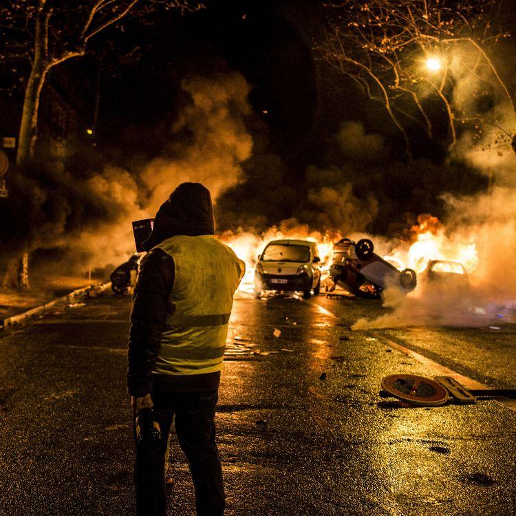 """Un """"gilet jaune"""" lors de la mobilisation parisienne, avenue Kleber, le 1er décembre 2018. (YANN CASTANIER / HANS LUCAS)"""