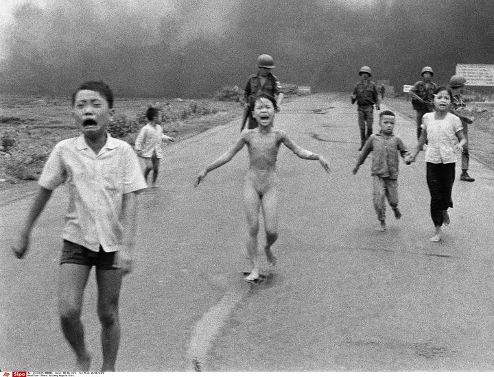 Des enfants fuient aprèsune attaque aérienne au napalmprès de Trang Bang, au Vietnam, le 8 juin 1972. (NICK UT / AP / SIPA)