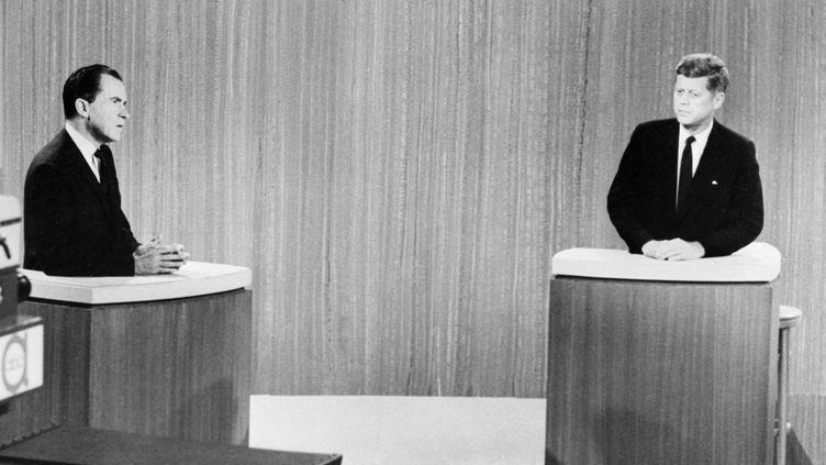 Débat télévisé entre Richard Nixon (à gauche) et John F.Kennedy (à droite), pour l'élection présidentielle des Etats-Unis, le 26 septembre 1960. (- / AFP)