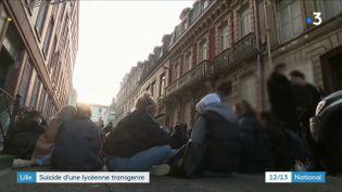 Au lycée Fénelon de Lille, une minute de silence s'est tenue en hommage à une lycéenne transgenre qui s'estdonnéela mort. (France 3)