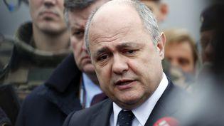 Le ministre de l'Intérieur, Bruno Le Roux, s'exprime devant la presse après l'attaque à Orly (Val-de-Marne), le 18 mars 2017. (BENJAMIN CREMEL / AFP)