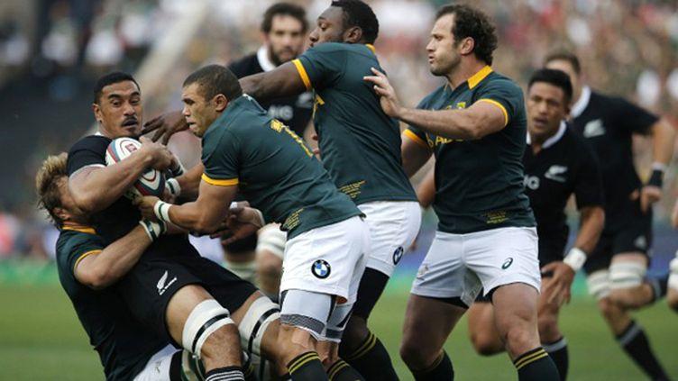 Jerome Kaino pris dans la défense sud-africaine et notamment Bryan Habana